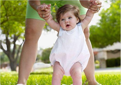 У що одягати новонародженого влітку на прогулянку?